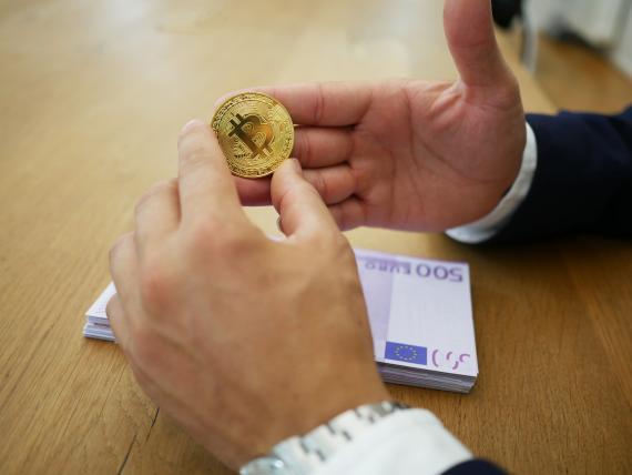 Bitcoin y dinero en efectivo.