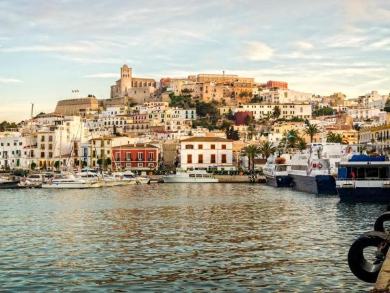 A la pareja se le pagarán 2.368 euros mensuales por vivir en una villa en Ibiza.