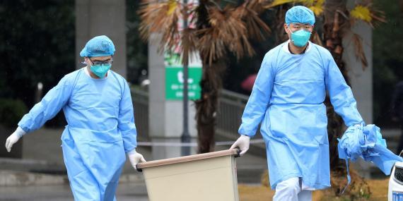Dos médicos transportan material sanitario en la ciudad china de Wuhan, epicentro del coronavirus 2019-nCoV.