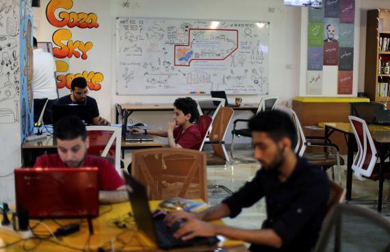 Emprendedores y trabajadores en una oficina
