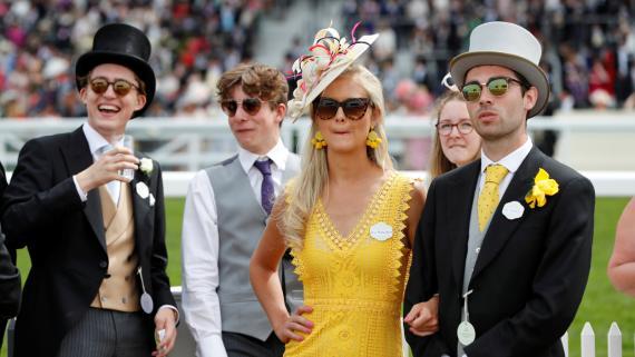 Un grupo de jóvenes millonarios observan las carreras de caballos de Ascot, en Reino Unido