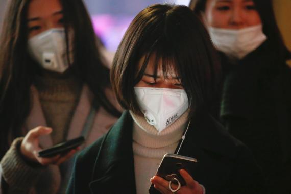 Un grupo de mujeres chinas mirando su móvil