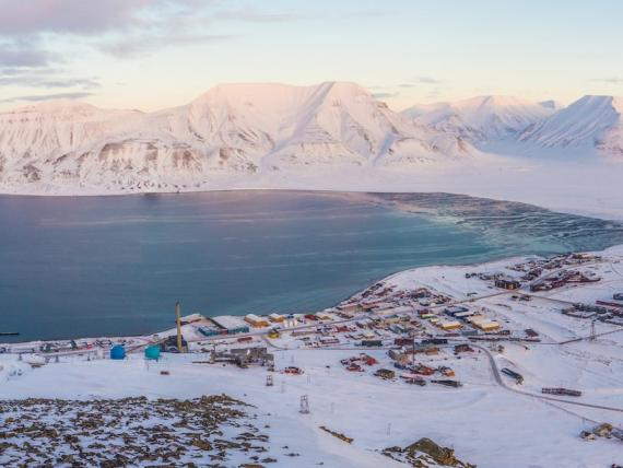 Vista de Longyearbyen, Svalbard.