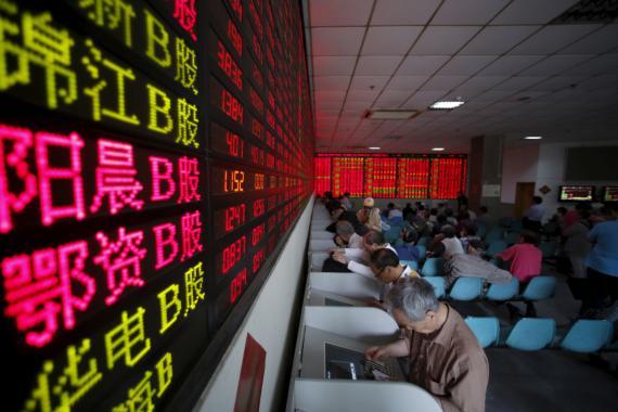 Inversores ante las pantallas de la bolsa de Shanghai