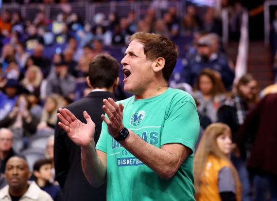 Mark Cuban aplaudiendo en la NBA.
