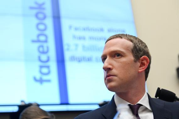 Mark Zuckerberg testificando en Washington.
