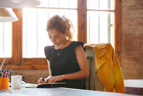 Mujer joven escribiendo notas