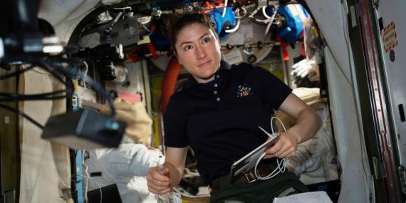 La astronauta de la NASA Christina Koch, trabajando en la Estación Espacial Internacional el 8 de abril de 2019.