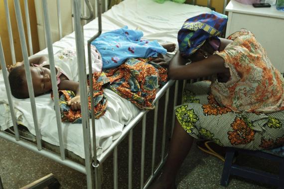 Niño africano en cama