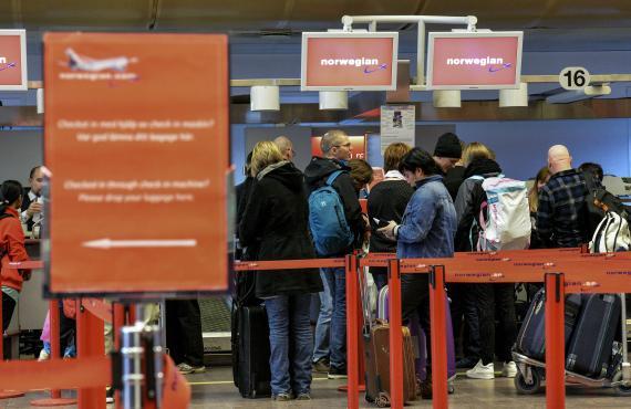 Viajeros de la aerolínea Norwegian en el aeropuerto de Arlanda de Estocolmo (Suecia) el 5 de marzo de 2015.