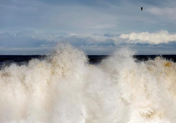 Una ola rompe en una playa del Mar de Japón