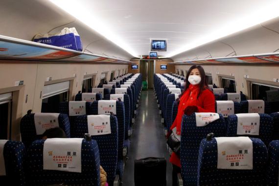 Una pasajera con una máscara en un tren vacío en el interior de China