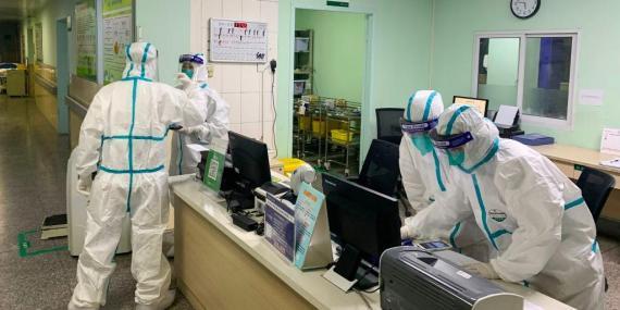 La foto del 22 de enero muestra a miembros del personal médico del hospital Zhongnan,  Wuhan, con trajes protectores.