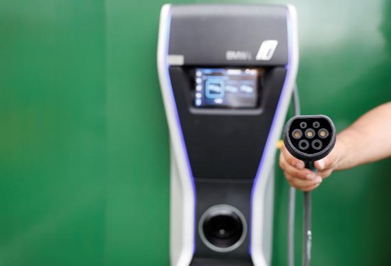 Un punto de recarga de vehículo eléctrico en un restaurante McDonald's