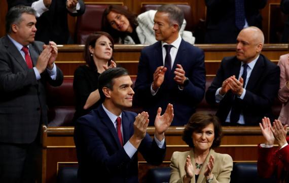 Sánchez aplaude tras ser investido presidente del Gobierno.