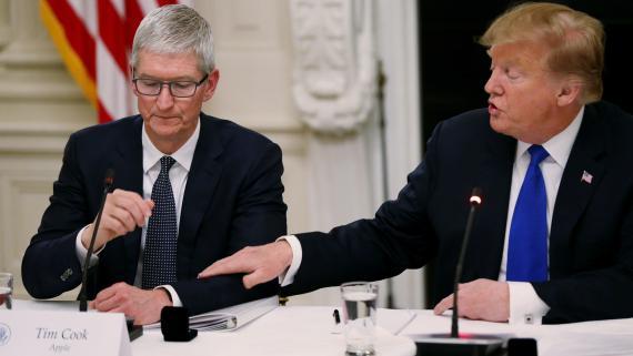 Tim Cook y Donald Trump, durante un encuentro en la Casa Blanca en marzo de 2019.