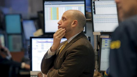 Un trader observa preocupado la evolución de las bolsas en Wall Street