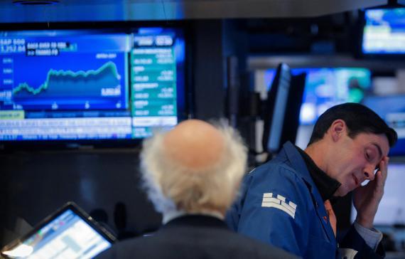 Trader con preocupación en Wall Street