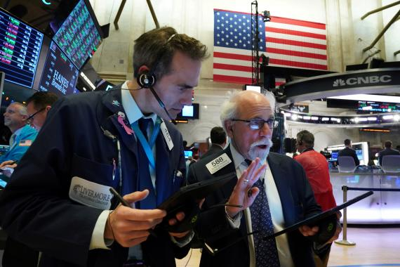 Traders analizando el mercado en Wall Street.