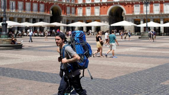 Un turista con una mochila a la espalda pasea por la Plaza Mayor de Madrid