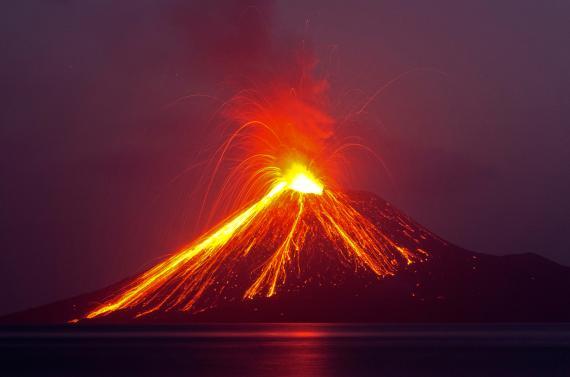 Volcán echando lava y fuego