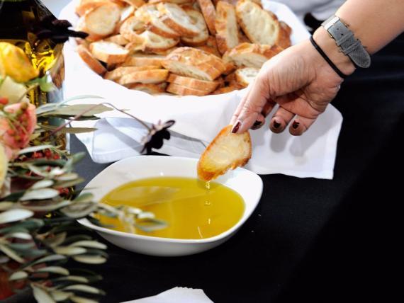 Comer aceite de oliva regularmente, tener una dieta equilibrada y hacer ejercicio puede llevarte a vivir más y tener un menor riesgo de enfermedad.