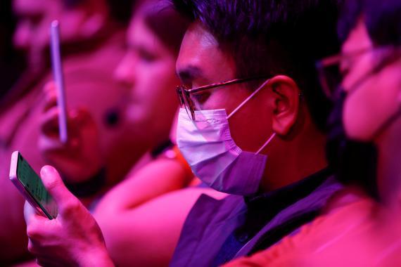 Un asistente al evento de presentación del Samsung Galaxy S20 porta una mascarilla protectora.