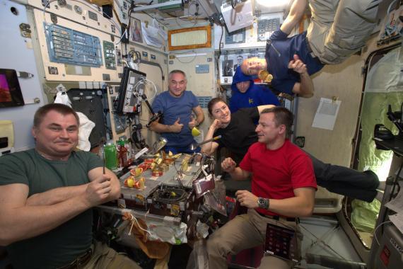 Astronautas de la Estación Espacial Internacional comiendo