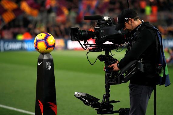 Un cámara graba durante un partido de fútbol de La Liga