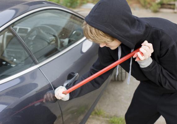 Chico robando un coche