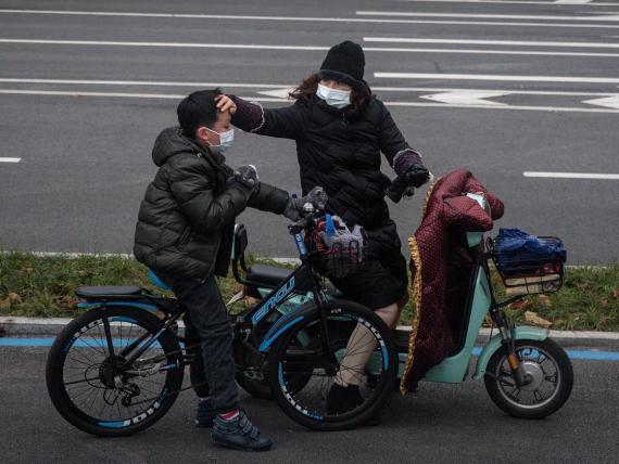 Las autoridades chinas están instando a los ciudadanos a usar mascarillas para frenar la propagación del coronavirus.
