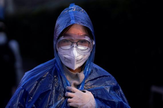Ciudadana lleva una mascarilla para evitar el contagio del coronavirus.