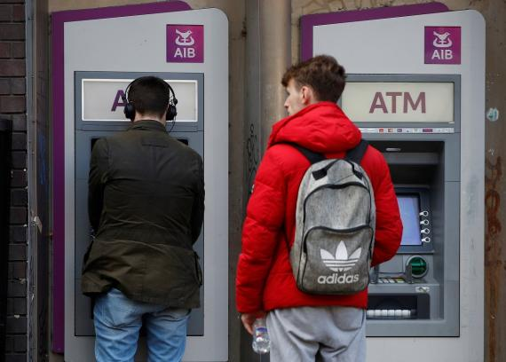 Clientes frente a un cajero automático en Irlanda