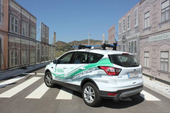 Un coche conectado haciendo pruebas en el circuito de Telefónica en Málaga.