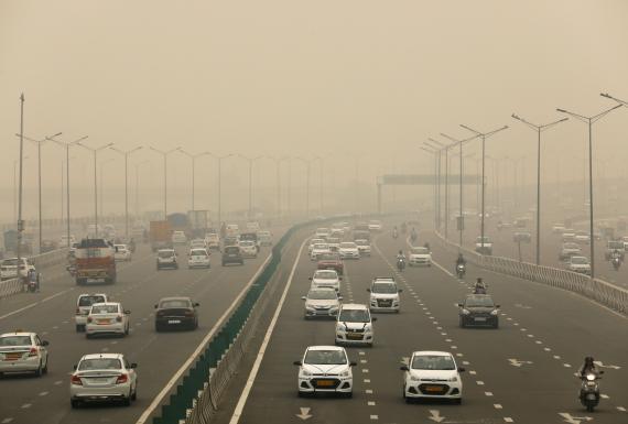 Una nube contaminante sobre una autopista concurrida.