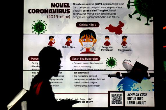 Un hombre junto a una señal informativa sobre el coronavirus, en un hospital de Bogor, cerca de Yakarta, Indonesia, el 3 de febrero de 2020.