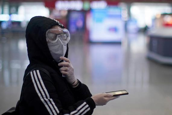Coronavirus: chica con un móvil.