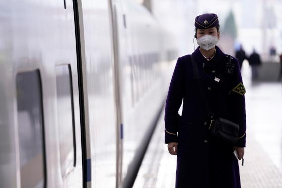Coronavirus: el personal de la estación de tren de Shanghai usa mascarillas