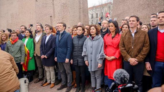 Foto de familia de Abascal, Casado y Rivera en la plaza de Colón.