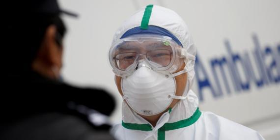 Un miembro del personal del hospital con ropa de protección en Hubei.