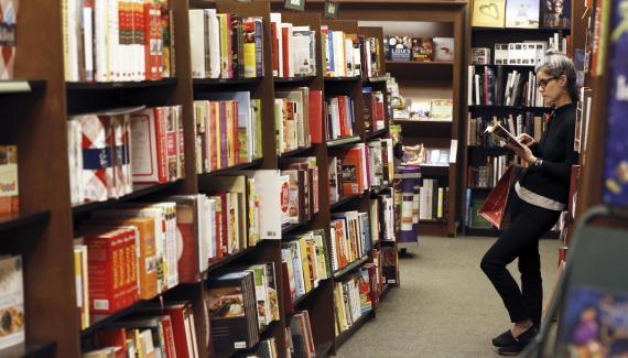 Lectura de libros en una biblioteca