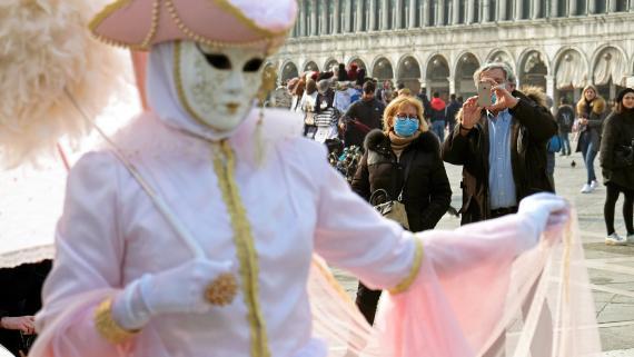 Máscaras contra el coronavirus en los últimos días del Carnaval de Venecia.