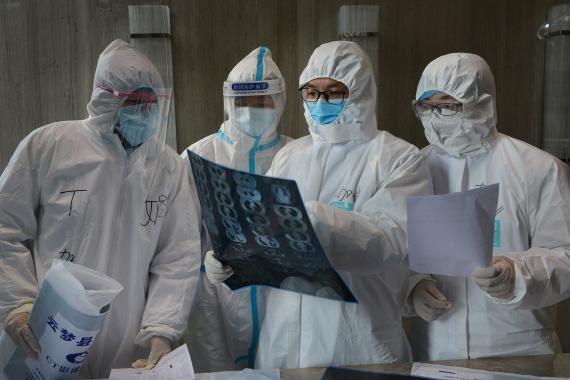Médicos con trajes protectores en Hubei, China.