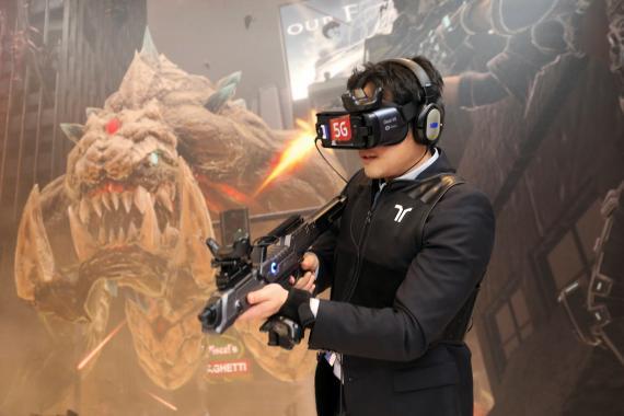 Un visitante prueba un juego de realidad virtual en el stand de Korean Telecom en el Mobile World Congress de Barcelona.