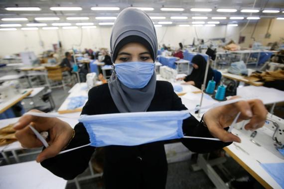 Una mujer en Irán fabricando mascarillas para el coronavirus.