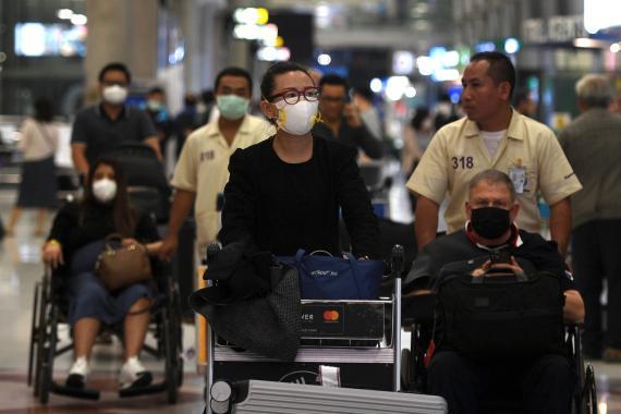 Mujer con mascarilla en el aeropuerto.