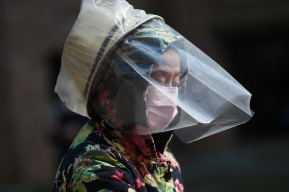 Una mujer de Wuhan se protege contra el coronavirus.