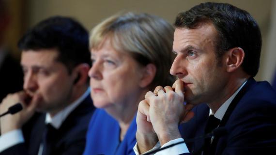 Nombre :El presidente de Ucrania, Volodymyr Zelenskiy, la canciller federal alemana, Angela Merkel, y el presidente de la República de Francia, Emmanuel Macron.