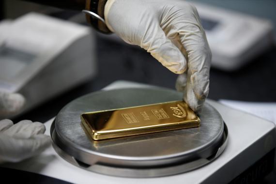 Pesando un bloque de oro.