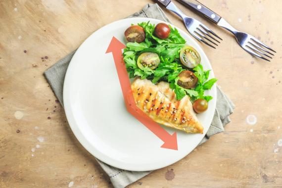 Los alimentos ricos en fibra y proteínas te ayudarán a combatir el hambre cuando ayunsa intermitentemente.